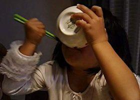 生姜ごはんを食べる女の子